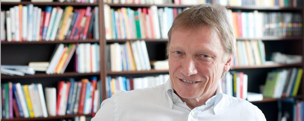 Arno Gottschalk zu hause in Bremen vor Bücherwand